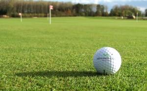 Golfový míček na greenu