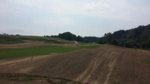 Pečlivé zavlažování rostoucí trávy na golfovém hřišti Kácov